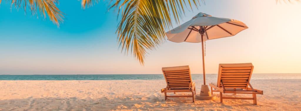 Caribbean-Strand-Strandstoelen-Palmbomen-Parasol