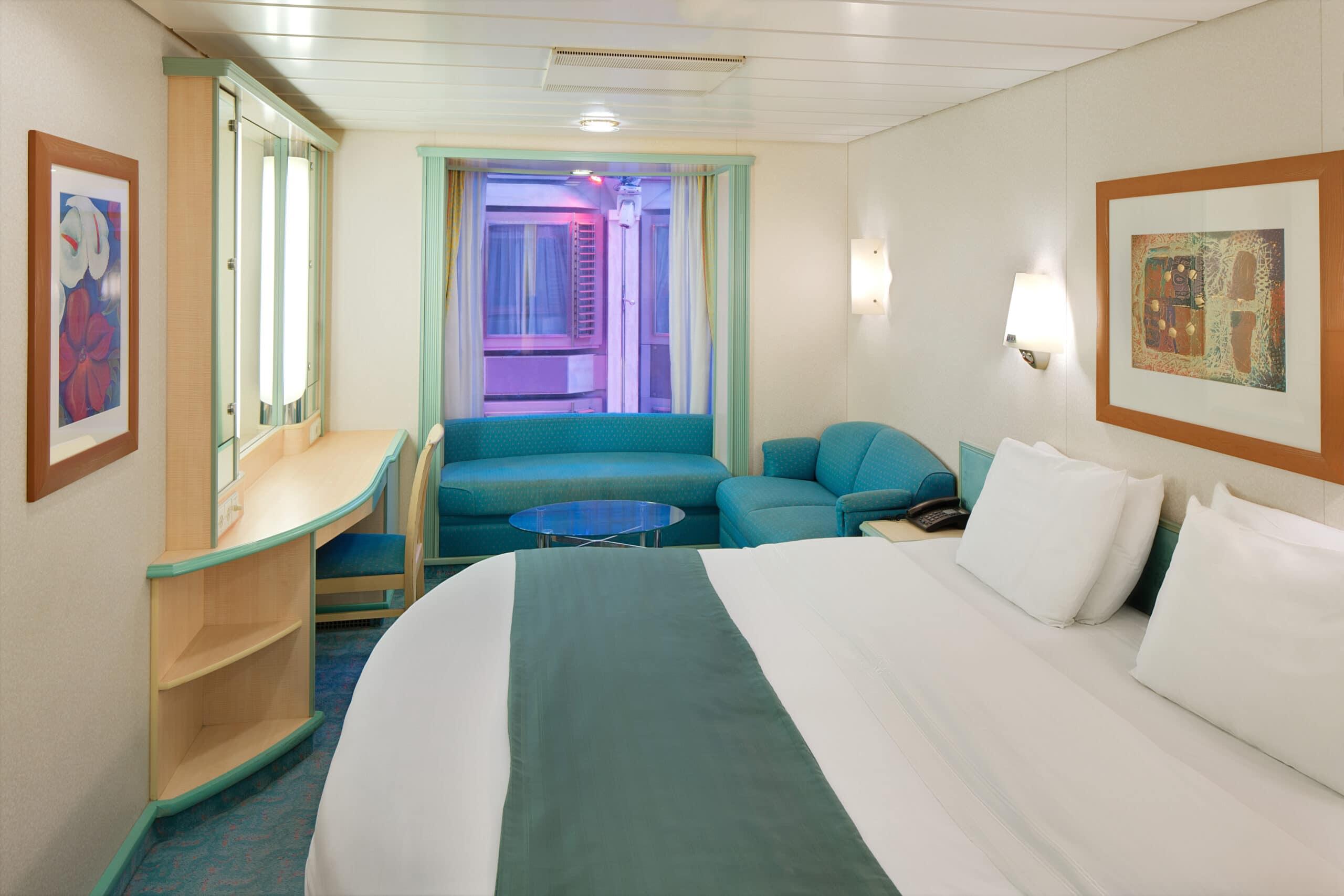 Royal-Caribbean-International-Adventure-of-the-Seas-schip-cruiseschip-categorie-2T-promenade-binnenhut