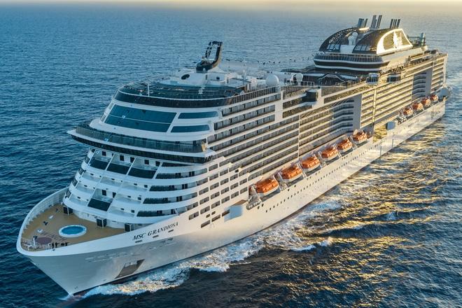 MSC-Grandiosa-Op-Zee-Cruiseschip