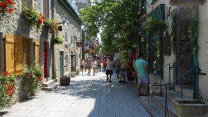 Straatje met mooie bloemen in Quebec Noord-Amerika cruise