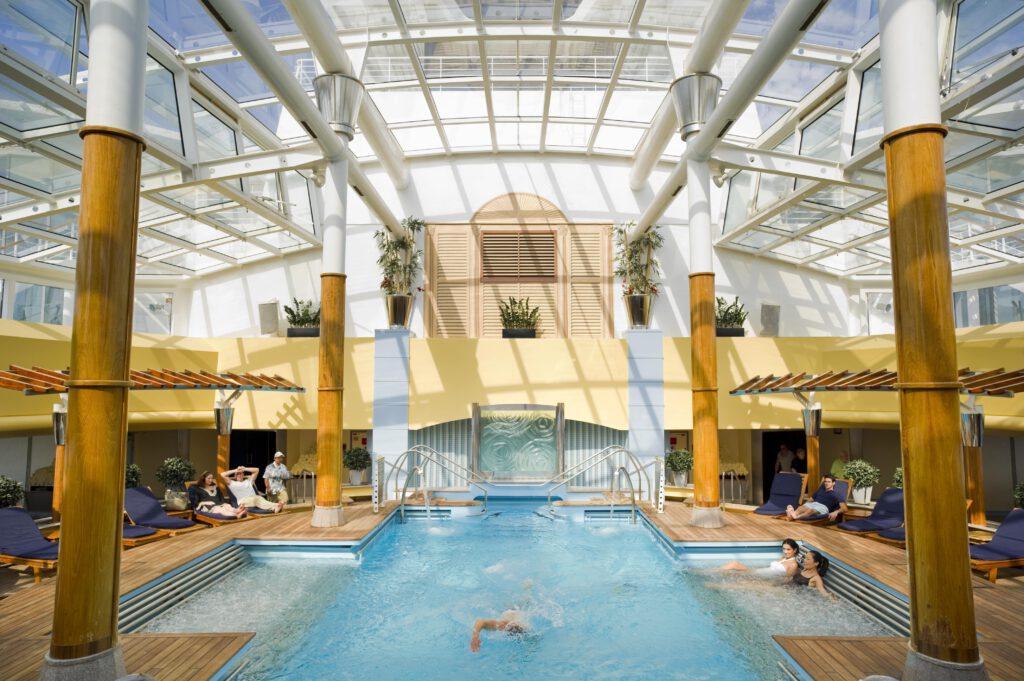 Cruiseschip-Celebrity Constellation-Celebrity Cruises-Binnenzwembad