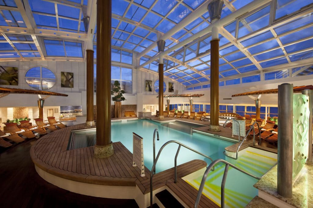 Cruiseschip-Celebrity Infinity-Celebrity Cruises-Binnenzwembad