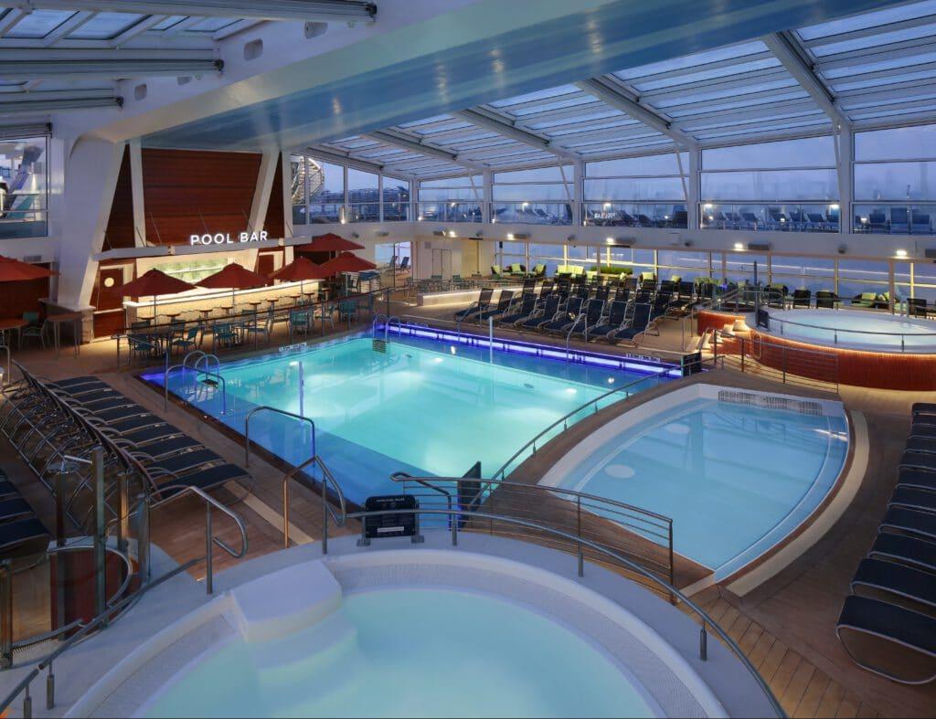 Cruiseschip-Odyssey of the Seas-Ovation of the Seas-Quantum of the Seas-Spectrum of the Seas-Royal Caribbean International-Binnenzwembad