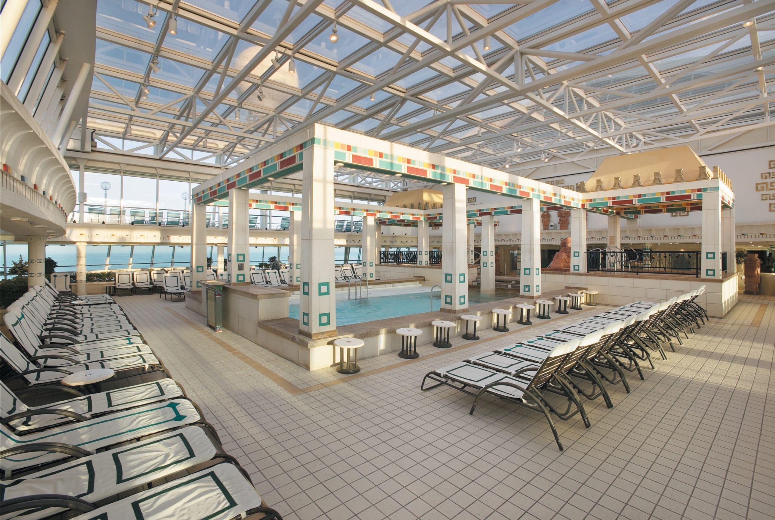 Cruiseschip-Vision of the Seas-Royal Caribbean International-Binnenzwembad
