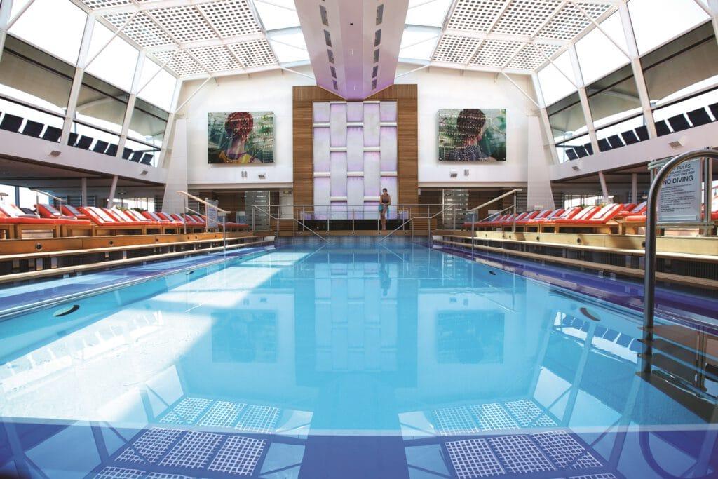 Cruiseschip-Celebrity Silhouette-Celebrity Cruises-Binnnenzwembad