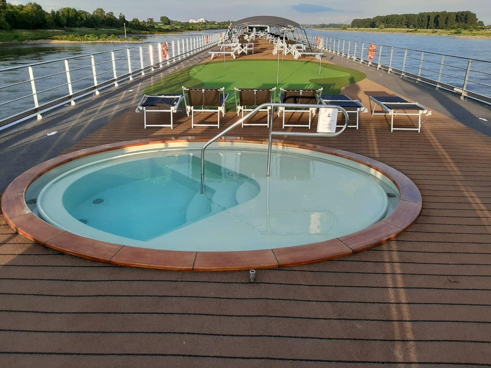 VIVA-Cruises-MS-Inspire-Zonnedek-Whirlpool-Puttinggreen