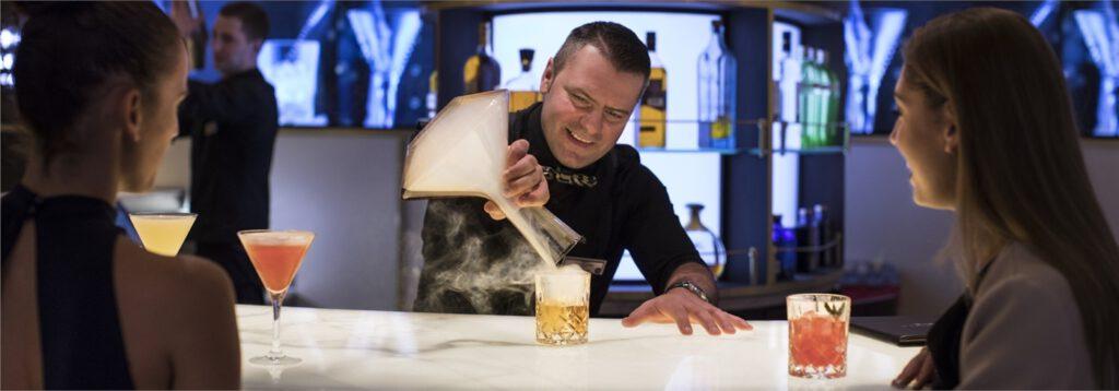 Celebrity Cruises- Bar-barman-actie-gratis-drankenpakket