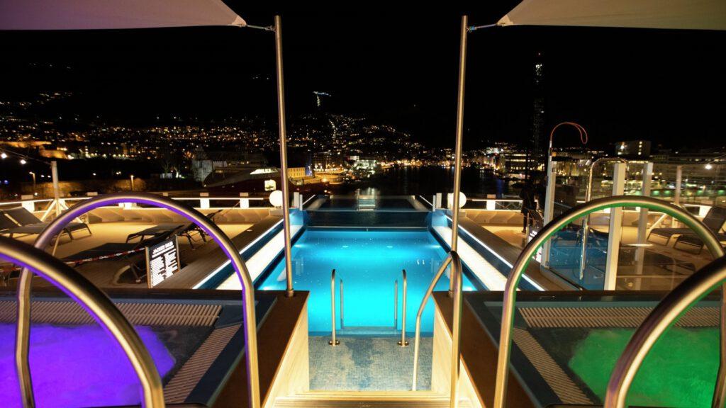 Cruiseschip-Hurtigruten-MS Fridtjof Nansen-schip-avond zwembad