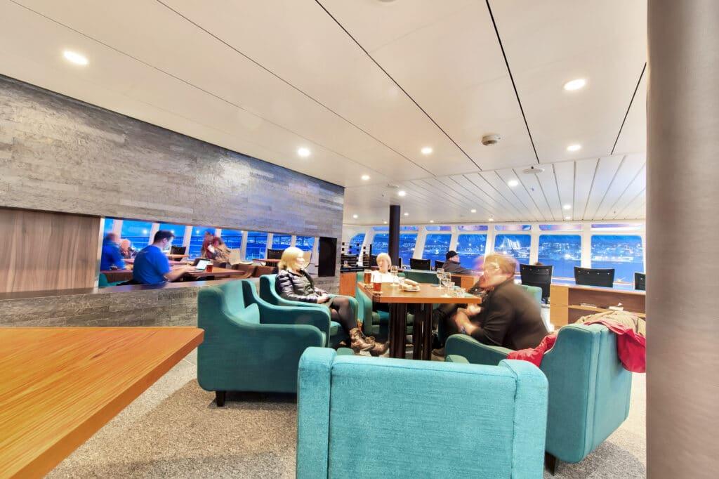 Cruiseschip-Hurtigruten-MS Kong Harald-Schip-Lounge