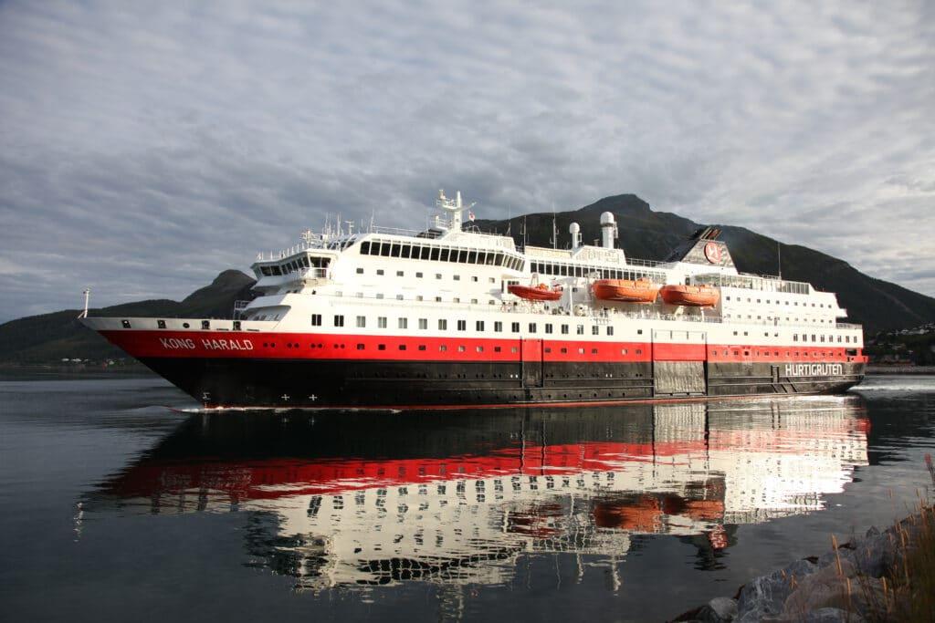Cruiseschip-Hurtigruten-MS Kong Harald-Schip-Schip