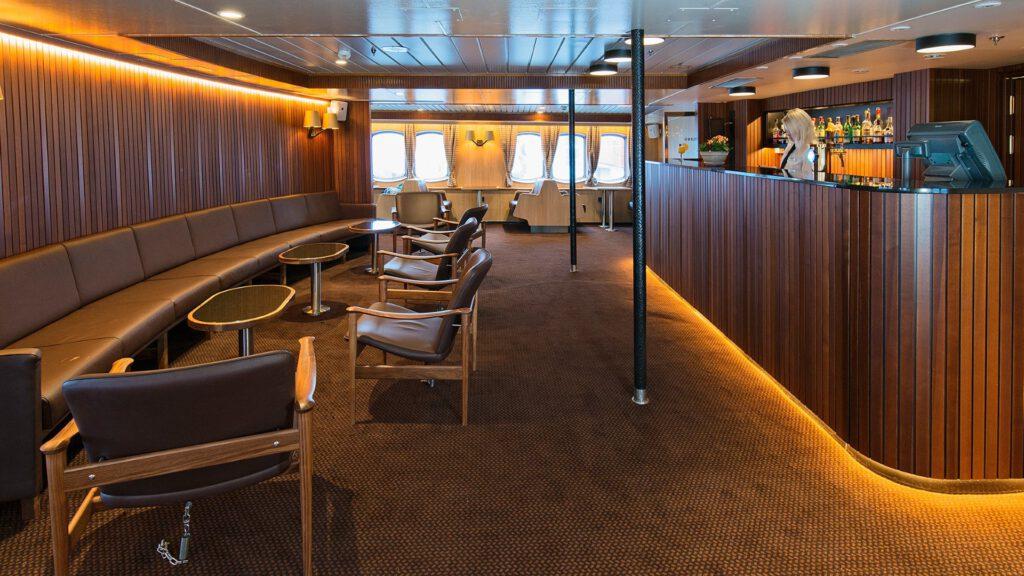 Cruiseschip-Hurtigruten-MS Lofoten-schip-Bar