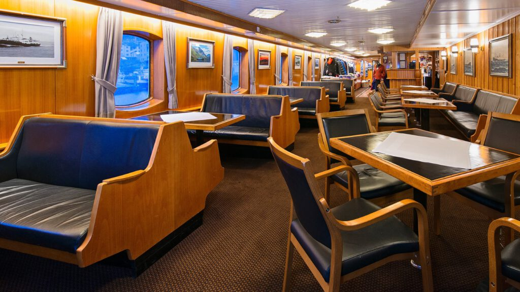 Cruiseschip-Hurtigruten-MS Lofoten-schip-Cafe
