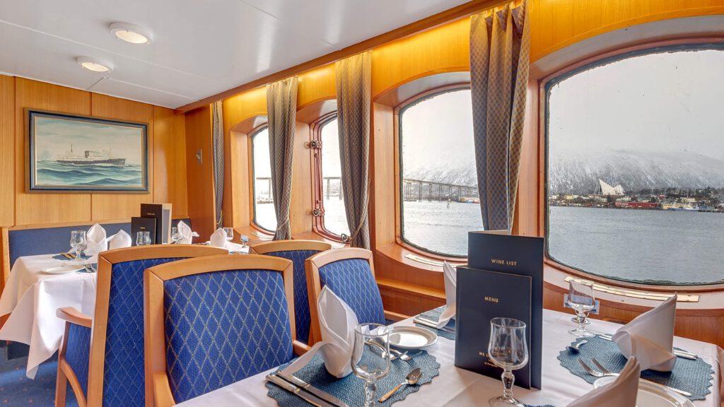 Cruiseschip-Hurtigruten-MS Lofoten-schip-Restaurant
