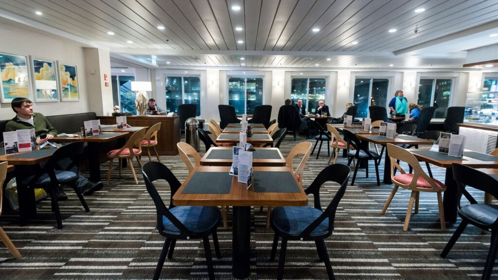 Cruiseschip-Hurtigruten-MS Nordnorge-schip-Restaurant