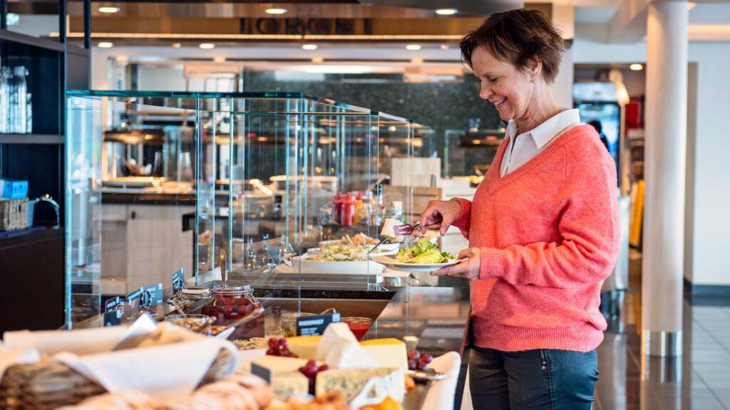 Cruiseschip-Hurtigruten-MS Nordnorge-schip-Sfeer Buffet