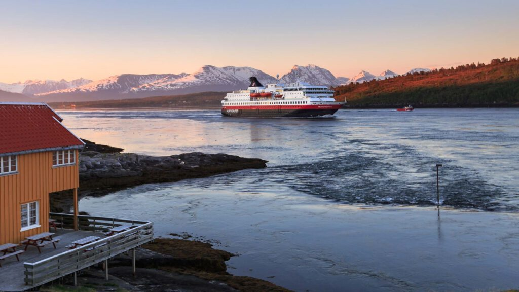 Cruiseschip-Hurtigruten-MS Nordnorge-schip-Sfeer Schip