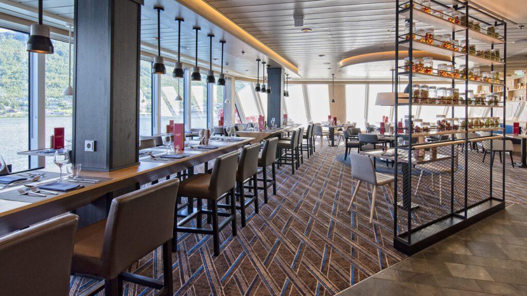 Cruiseschip-Hurtigruten-MS Roald Amundsen-schip-Aune Restaurant