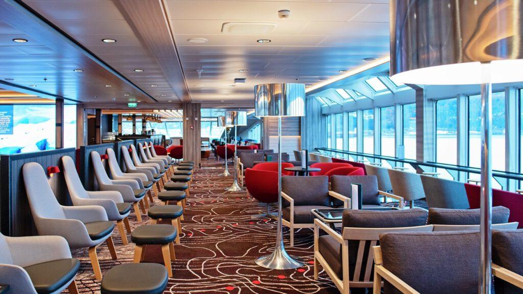 Cruiseschip-Hurtigruten-MS Roald Amundsen-schip-Lounge