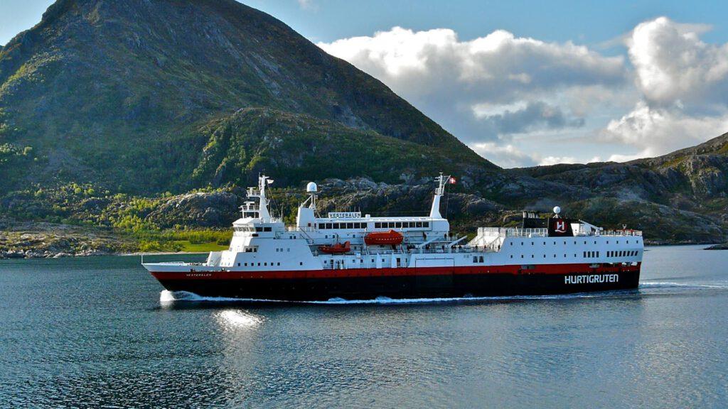 Cruiseschip-Hurtigruten-MS Vesteralen-Schip-Schip