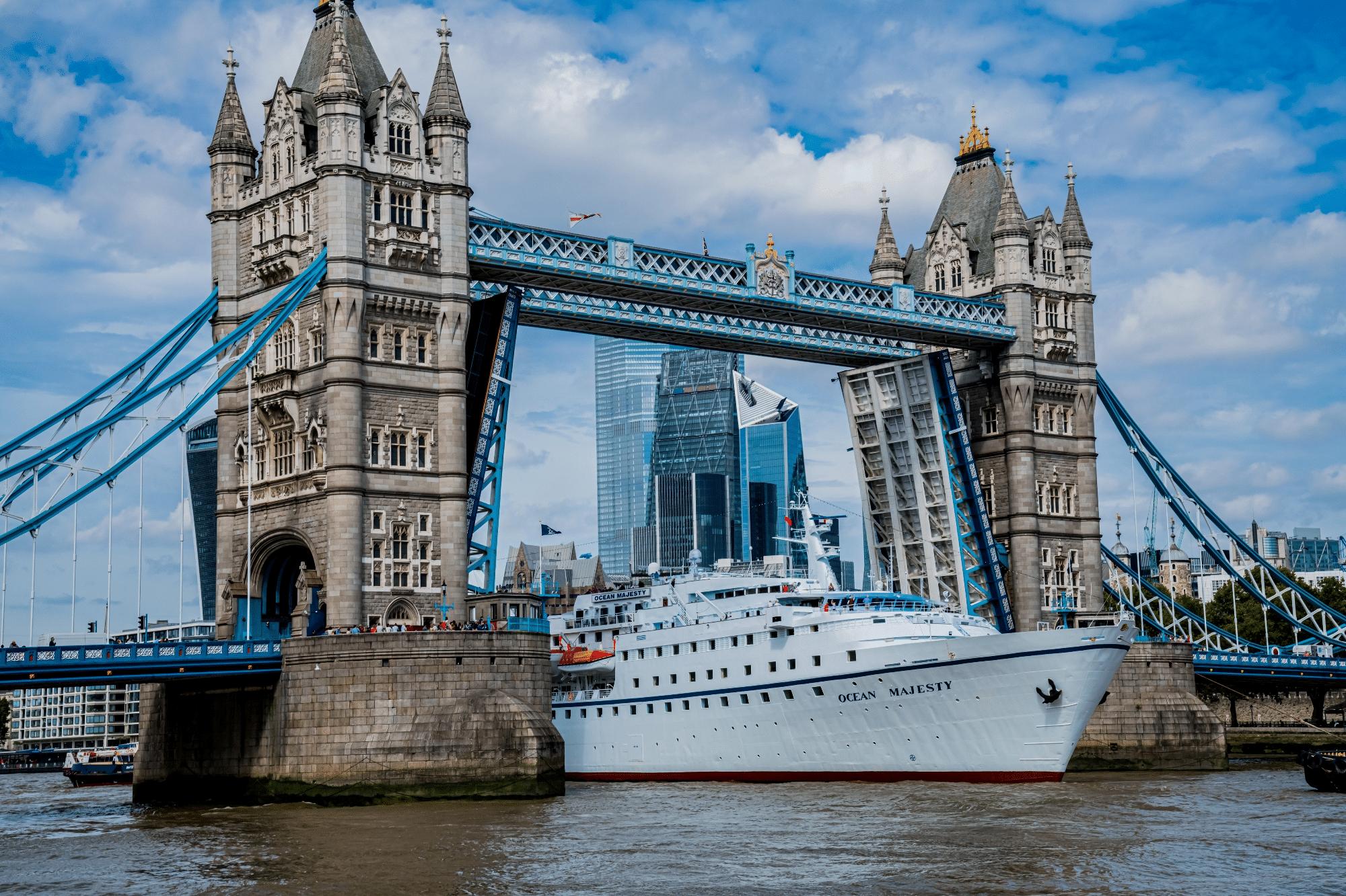 MS Ocean Majesty onder Tower Bridge