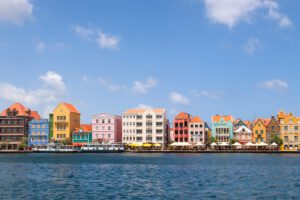 Curacao-Willemstad-sint annabaai-gekleurde huizen