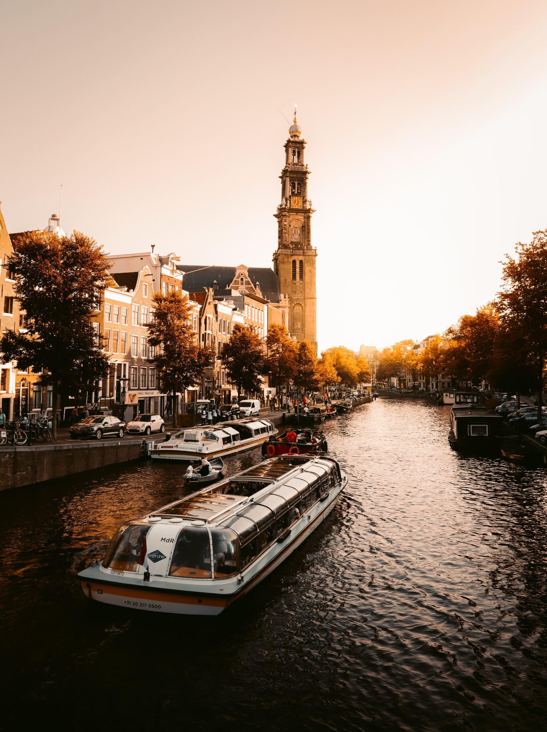 Nederland-Amsterdam-Cruise-Haven-stad-gracht