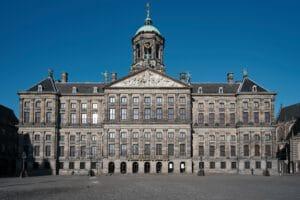 Nederland-Amsterdam-Cruise-Haven-stad-paleis op de dam