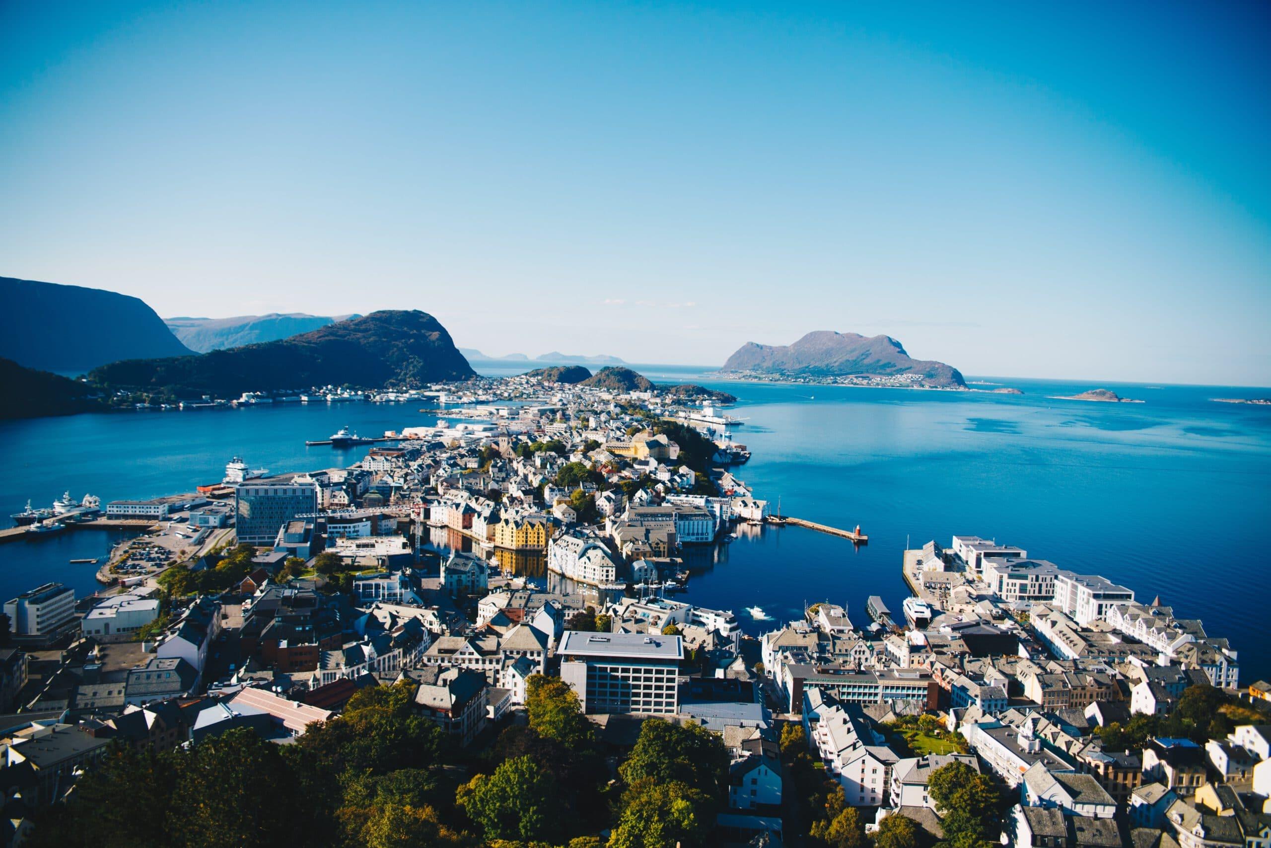 Noorwegen-Alesund-cruise-haven-stad-uitzicht