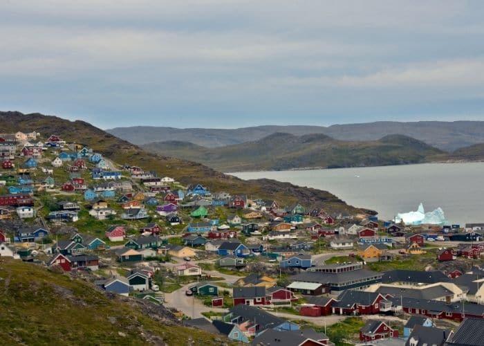 Groenland-qaqortoq-dorp-huizen