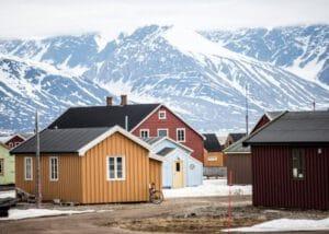 Spitsbergen-ny-alesund-huizen-bergen