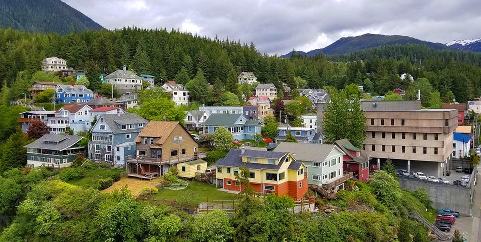 Verenigde-Staten-alaska-ketchikan-dorp-huizen