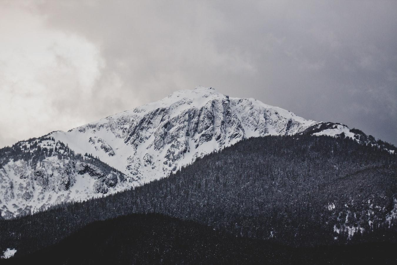 Verenigde-staten-alaska-juneau-bergen-sneeuw