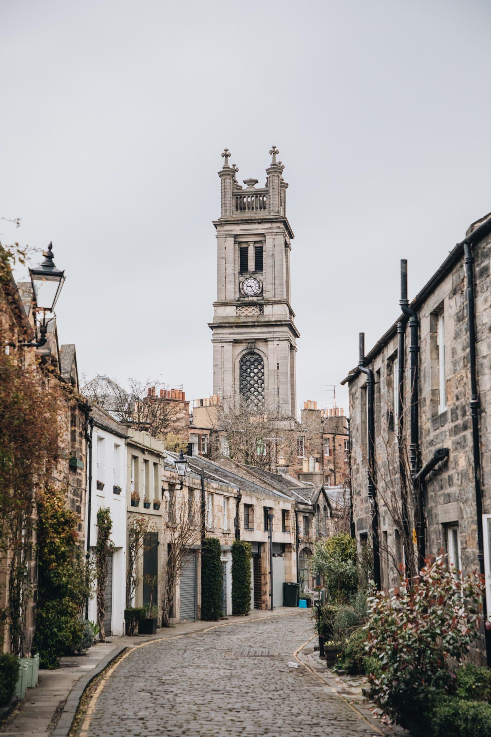 engeland-edinburgh-straatje-kerk-huizen
