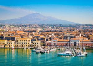 italie-catania-uitzicht-haventje-huizen-boten