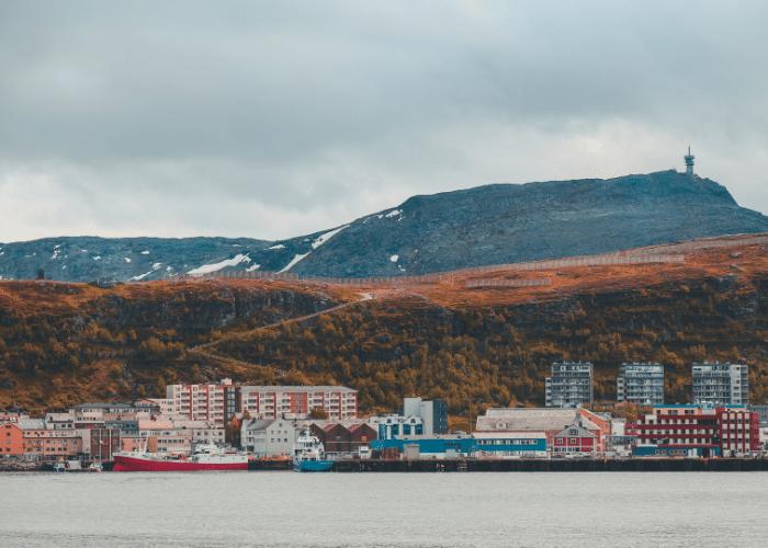noorwegen-Hammerfest-bergen-lanschap-huizen-gebouwen-kust