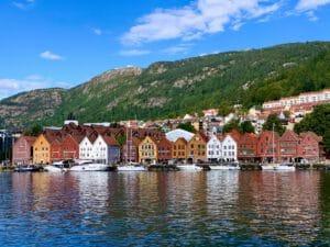 Noorwegen-Bergen-Gekleurde-Huizen